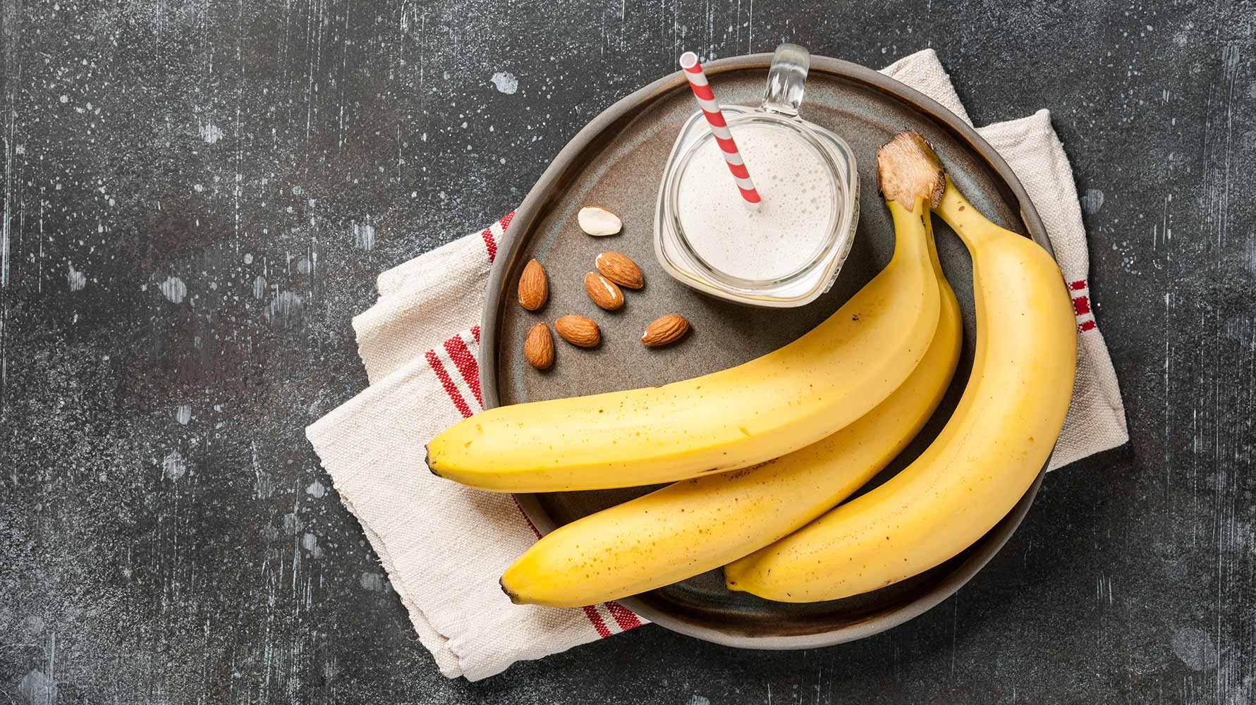 banana-smoothie-and-bananas